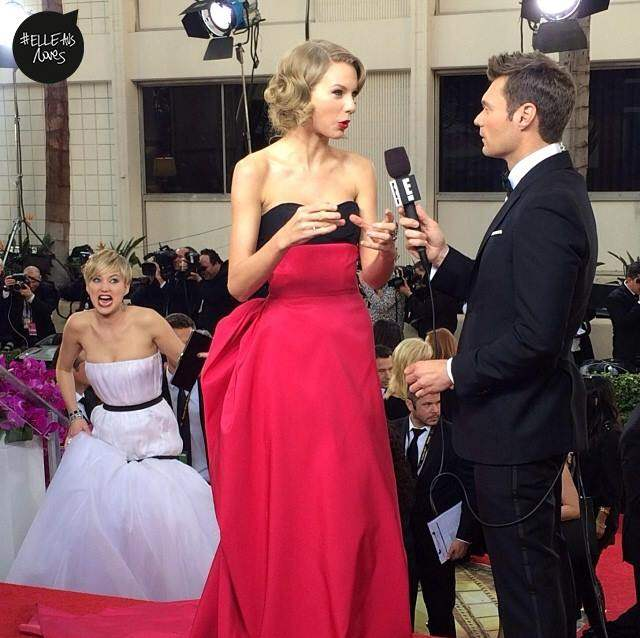 jennifer lawrence taylor swift golden globes photobomb